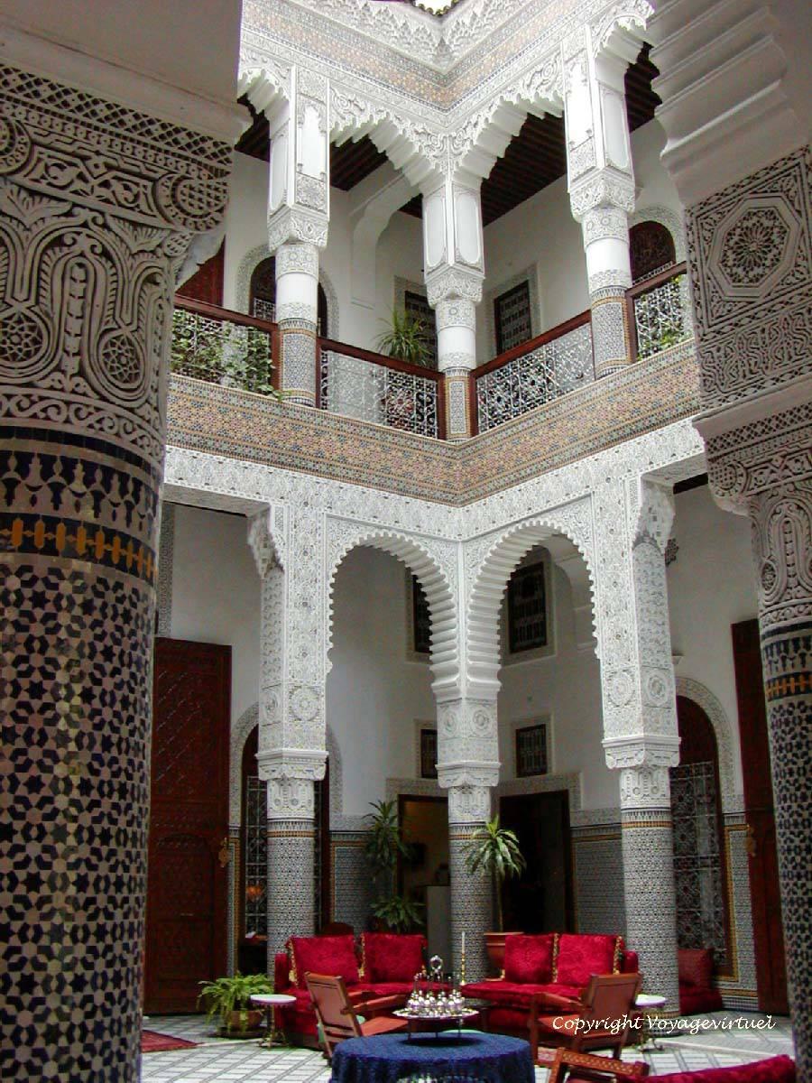 Colonnes De Stuc Et Zelliges Du Patio Marocain Palace Riad Fès Maroc