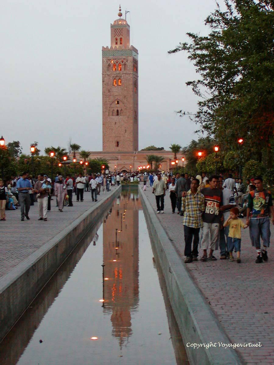Reflet Du Minaret Eclaire Dans Un Bassin Du Jardin De La Koutoubia
