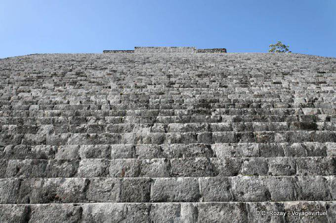 Uxmal Grande Pyramide Au Pied Des Marches 3