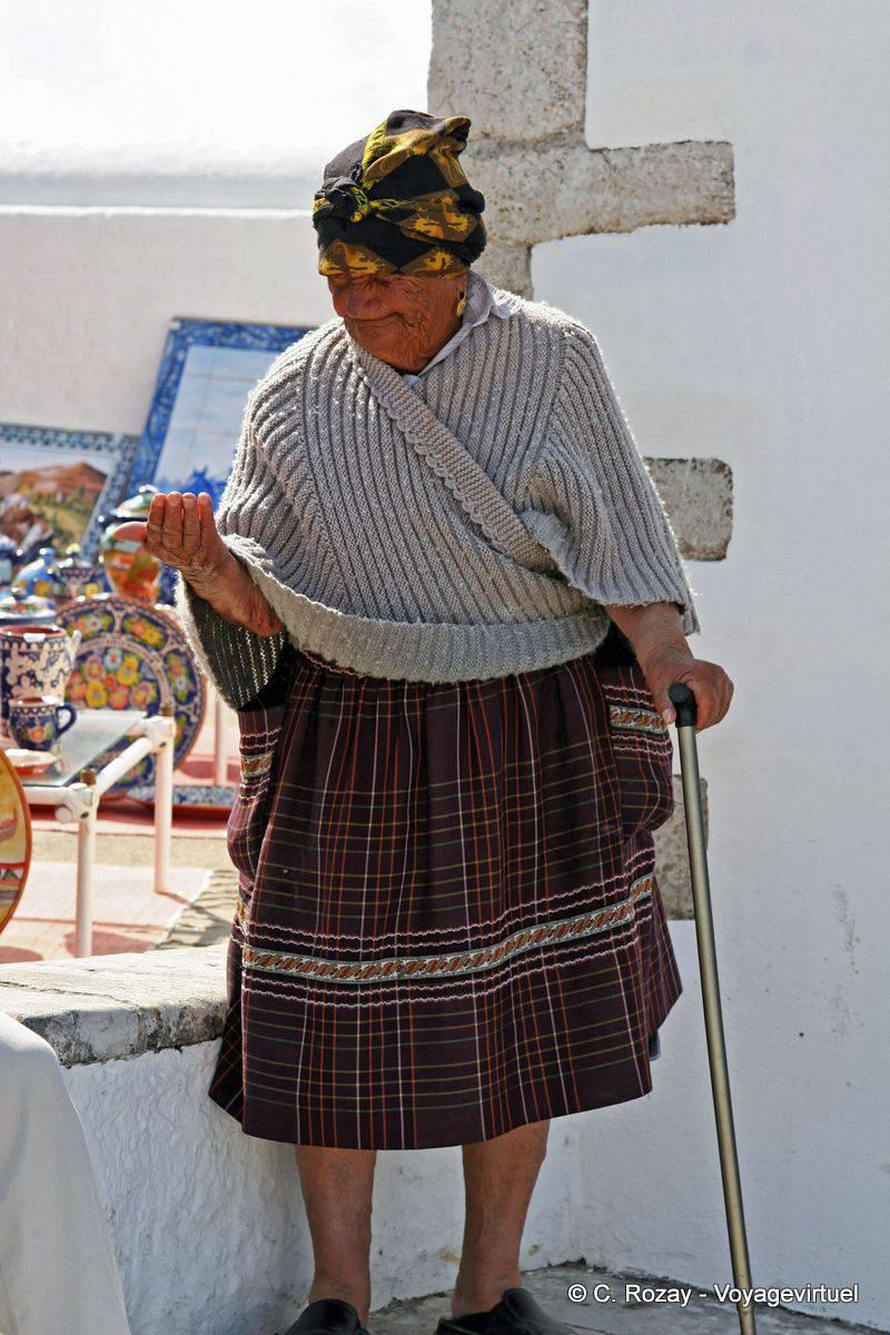 Extrêmement Le costume traditionnelle d'une habitante du Sitio de Nazaré  NX88