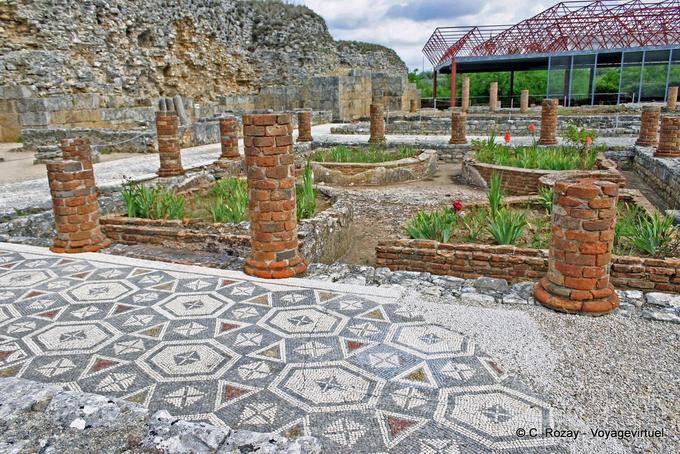 Péristyle de la maison de la Svastika (signe porte-bonheur pour les Romains), Conimbriga - Portugal